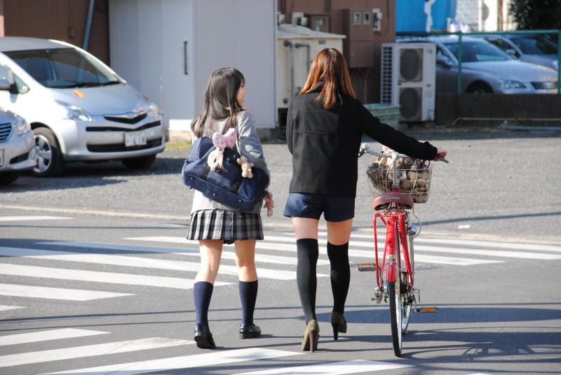 Image of 【横断歩道】女子高生がいたので止まったら…!(ドライブレコーダー動画)優先しないと道路交通法違反